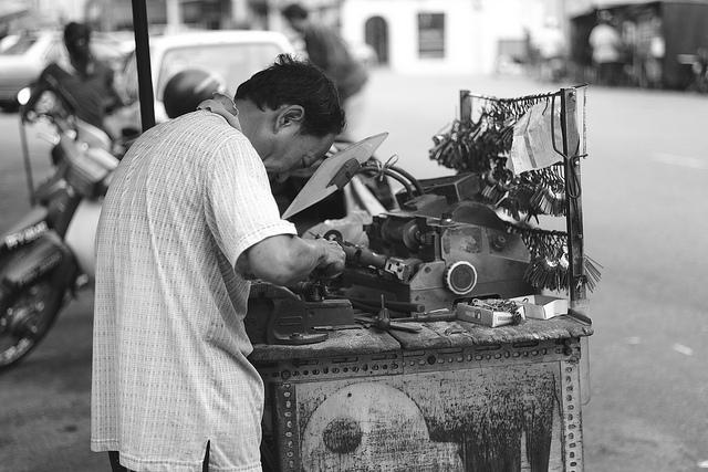 如何成為一名鎖匠 我怎樣才能找到一份鎖匠的工作?