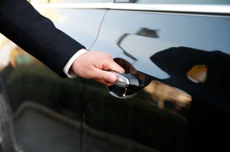 鑰匙誤鎖車內,鎖匠師傅說砸破車窗是傻瓜,聰明人都這樣做!
